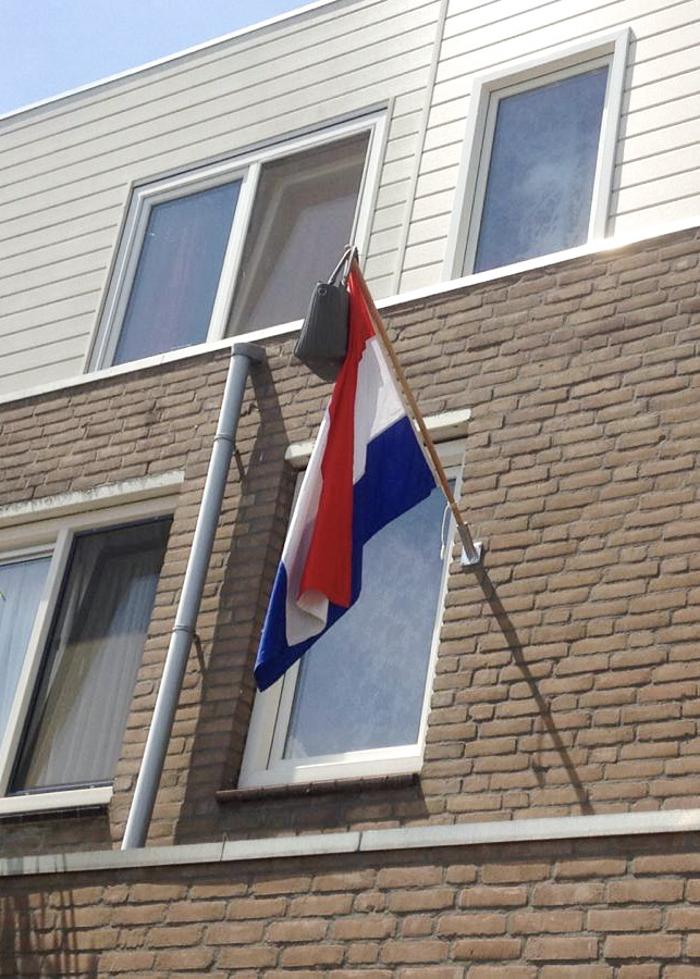 The flag of the Netherlands and the school bag at its tip: Every neighbor can see that Joy finally graduated.
